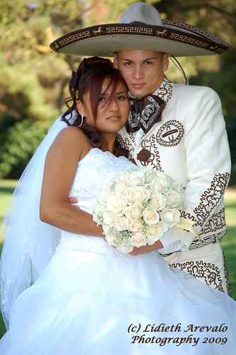 amor a la mexicana. Amor a la Mexicana. Posando para los recuerdos de su boda.