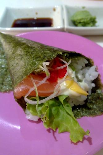 Salmon mango temaki