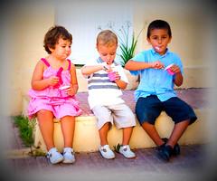 Hora de la merienda (Siro Rodenas) Tags: lomo comida rosa nios colores nia yogurt desayuno nio petit cuchara merienda sentados iogurt