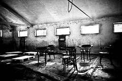 Cosca (Funky64 (www.lucarossato.com)) Tags: bw white black blanco chair bn sedie bianco nero mafia strano riunione corda abbandono maphia losco cosca èlunicavoltacheafarefotoinluoghiabbandonatimisonosentitoadisagiolariachesirespiravaeraproprioquelladiunariunionetrapicciotti