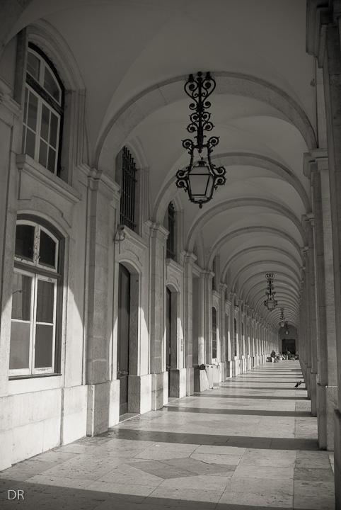 Por Lisboa... no Terreiro do Paço debaixo das arcadas