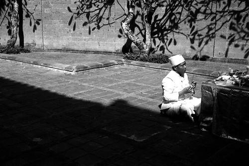 Yang terkahir ini tukang berdoa (Pedanda Hindu Bali)  :)