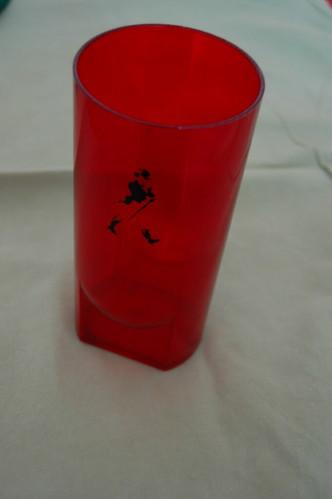 copo vermelho brinde whisky