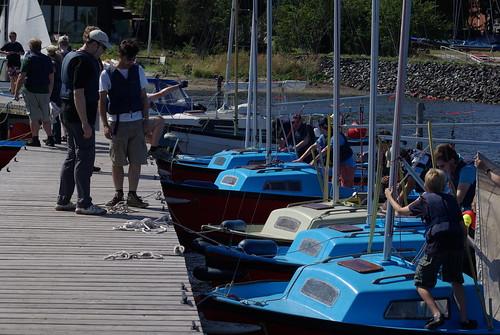 Die Truppe macht die Boote klar