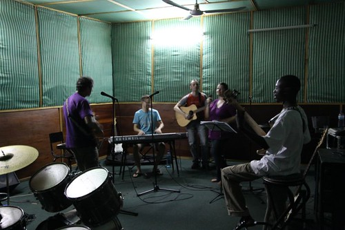 Jamming in Ouaga. Niels on keyboard, Peter on guitar (acoustic)...