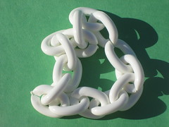 white plastic chain links