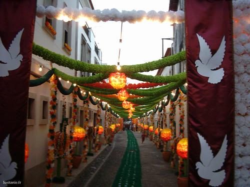 Rue de Tomar pendant la fête dos Tabuleiros