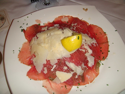 Carpaccio de carne con parmesano y rucola