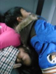 車上睡著的姐弟