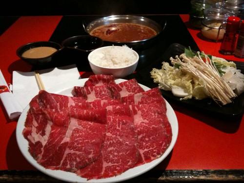 Có phải thịt bò Kobe được lấy từ những con bò được uống bia và massage hàng ngày không?