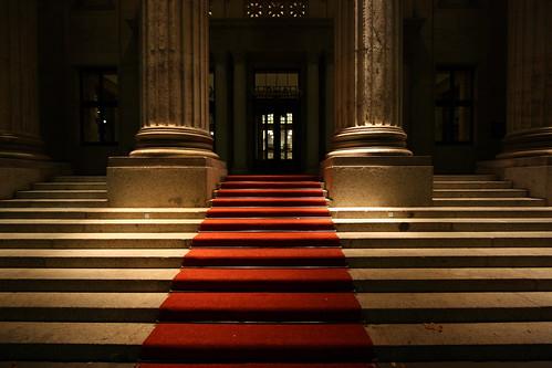 Tại sao thảm đỏ lại được sử dụng để đón tiếp trong các buổi lễ/buổi trao giải quan trọng?
