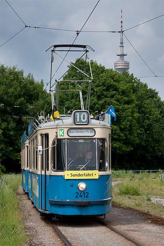 Vor der Kulisse des Olympiaturms verlässt Wagen 2412 die Ackermannschleife