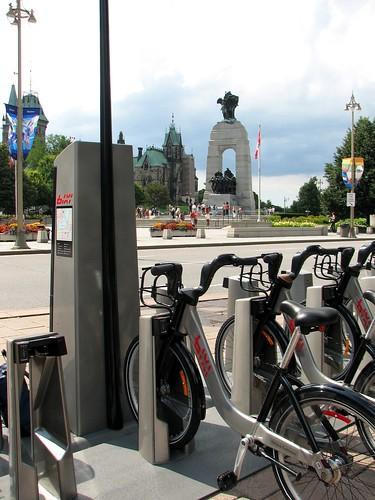 Station Monument commémoratif de guerre du Canada - Bixi Ottawa-Gatineau