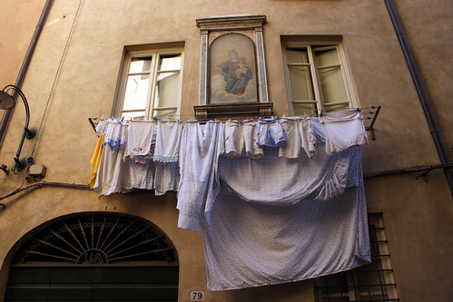 Lucca: Holy Virgin Mary of our daily laundry (Italian street)