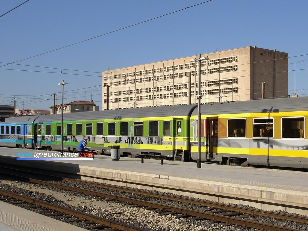 Un train Corail Téoz SNCF à quai en gare de Marseille Saint-Charles