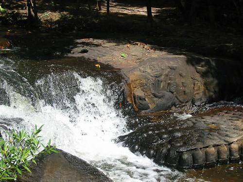 Reliefs van linga's in het water