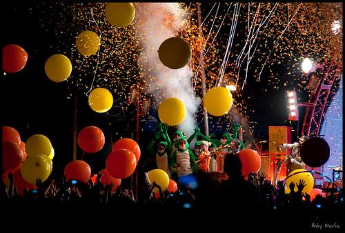 balloons, confetti, smoke... frogs?
