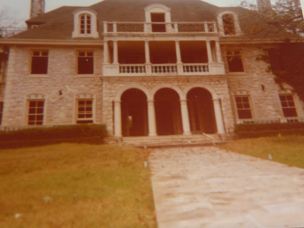 Picture of a 1970's photo of the Gillespie Mansion a.k.a the Midget Mansion in San Antonio, Texas which was later torn down due to excessive vandalism and fire.