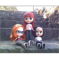 Gilian,Shannon, and Maggie on the steps