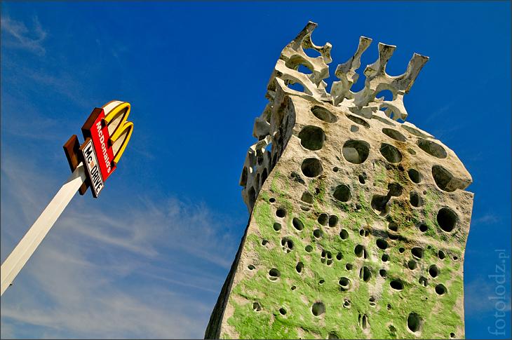 Pomnik przy McDonald's w Łodzi
