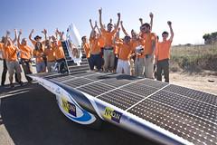 Nuon Solar Team viert aankomst als tweede bij de tijdfinish in Adelaide.