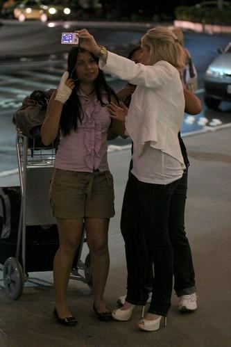 Simpática, Monique Alfradique faz fotos com fãs em aeroporto por www.upapz.com.br.