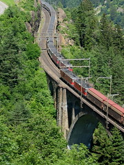 SBB Lokomotive Re 6/6 11689 Gerra - Gamborogno und Re 4/4  mit Güterzug begegnen zwei Re 4/4 mit InerRegio Zug auf der mittleren Meienreussbrücke ob Wassen auf der Gotthard Nordrampe im Kanton Uri in der Schweiz (chrchr_75) Tags: bridge train de tren schweiz switzerland suisse swiss eisenbahn railway zug sbb 420 66 pont locomotive re christoph svizzera brücke chemin 44 centralstation reusstal uri fer locomotora tog ffs 89 juna bundesbahn lokomotive lok 620 ferrovia mittlere reuss gerra spoorweg gotthard suissa locomotiva lokomotiv ferroviaria cff 鉄道 wassen re66 locomotief kanton chrigu поезд rautatie паровоз 11689 schweizerische zoug trainen железнодорожный gotthardbahn chrchr hurni nordrampe meienreussbrücke chrchr75 bundesbahnen meienreuss chriguhurni re620 gamborogno albumsbbre66lokomotive re6611689