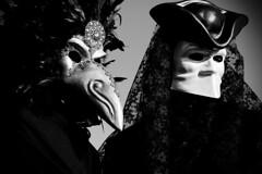 una strana coppia fa ricordi tristi (Nicola Zuliani) Tags: venice carnevale venezia biancoenero maschere nizu nicolazuliani wwwnizuit