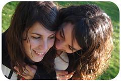 Esther&Cecilia (Klarii ) Tags: girls espaa spain retrato jardin asturias botanico esther sonrisa gijon calvo cecy fernandez collada espina