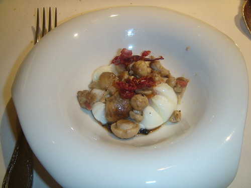 Huevo escalfado con perrochico y menestra de verdura