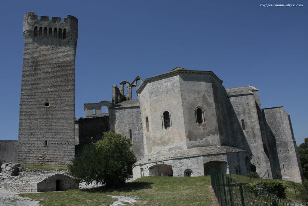 Sur la gauche, la tour, à droite, l'église Notre Dame.