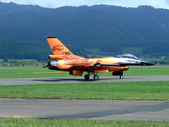 Lockheed (General Dynamics) F-16A(MLU) Fighting Falcon (Turbo Porter) Tags: zeltweg fightingfalcon royalnetherlandsairforce j015 generaldynamicsf16 turboporter loxz lockheedf16 airpower09 theroyalnetherlandsairforcef16demoteam