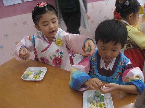 kids in hanboks making songpyeon rice cakes