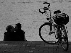 Rhine Lovers (ManOn Moon) Tags: autumn intense kiss kissing basel lovers truelove streetpeople riverrhine outdoorlife bisous loverskissing