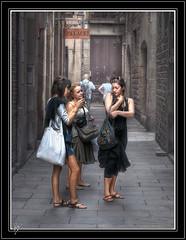 Three at La Ribera (series) (Paco CT) Tags: barcelona street people urban calle women gente candid tourists personas explore urbana persons mujeres 2009 turistas candidshot laribera efh robado elfactorhumano thehumanfactor ltytr1 humanpresence pacoct presenciahumana