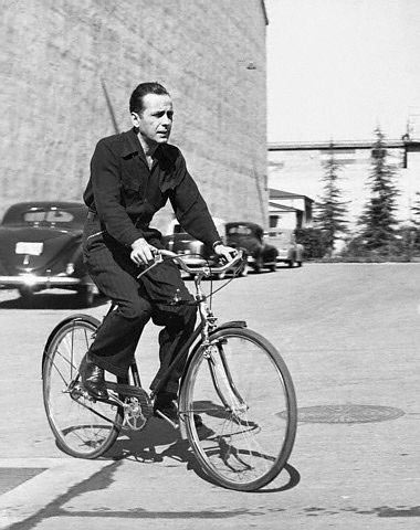 Humphrey Bogart bicycles to work. E a humanidade segue em média 3 doses atrasada...