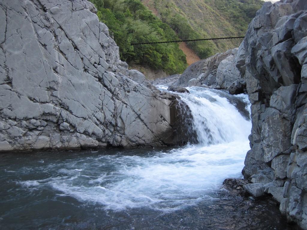 09 有湍急的溪水.jpg