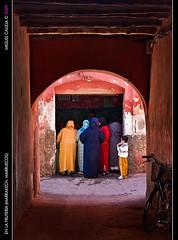 EN LA FRUTERA (MARRAKECH. MARRUECOS) (MIGUEL_CD) Tags: hijab morocco maroc marrakech medina marruecos frutera fruitstore 24105l 5photosaday fruiterie eos40d