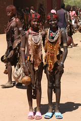 The Banna at the market (10b travelling) Tags: africa woman girl ctb sisters market tribal valley ten bead afrika ethiopia tribe bana carsten hamar headband est hamer afrique brink hornofafrica baner omo banna eastafrica jinka ostafrika abyssinia 10b ethiopie turmi konso peopleset cmtb tenbrink aethiopien photoused