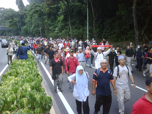 The crowd marches on to Istana Negara 3 by The Edge Malaysia.