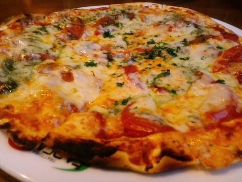 夕食はピザを食べております。
