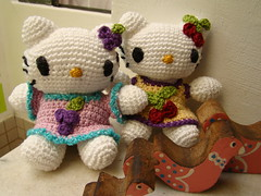 Uvinha e cerejinha - Hello Kittys twins (erika.tricroche) Tags: twins doll brinquedo hellokitty crochet gift bebe criana boneca amigurumi uva cereja gat presente croche ideia erikatricroche