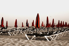 Summertime ...... ♪♫♪♪ (Majocesa) Tags: españa costa beach cutout relax spain jill fuerteventura playa coastline summertime canaryislands islascanarias sunshades endoftheday sombrillas hamacas sunbeds tumbonas finaldeldía desaturadoselectivo a3b majocesa lasgrandesplayas