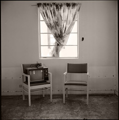 tv set • amboy, ca • 2009 (lem's) Tags: california ca abandoned tv bedroom route66 desert chairs sale decay ruin motel 66 route bronica polar roadside attraction roys amboy motherroad zenza simpleviewer carréfrançais