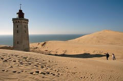 Bride and groom at Rubjerg Knude Lighthouse, Denmark (Anders_3) Tags: wedding lighthouse denmark bride sand sanddune danmark jutland jylland ruberg groom mywinners lnstrupklint grouptripod rubjergknudelighthouse doublyniceshot lighthousedevouredbysand choisephotos musictomyeyeslevel1