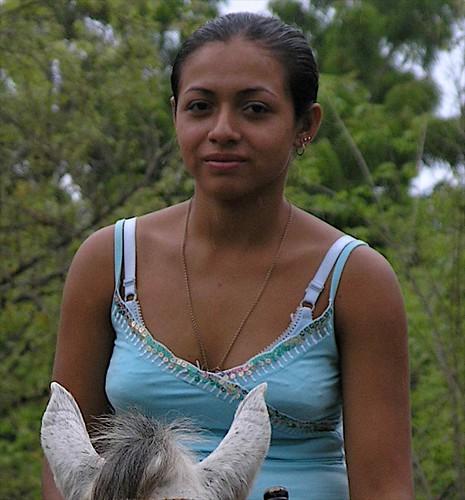 Retrato de Yesenia en su caballo sin nombre, entre Guasacate, cerca de Las Salinas y Rivas, Rivas, Nicaragua