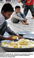 Volunteers arranging Iftari (Jahangir @) Tags: pakistan photo volunteers september holy karachi month sindh app masjid arranging fasting memon ramzan ramdan sukkur iftari jahangirkhan jahangirpix ramzanulmubarak