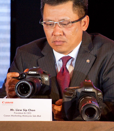 Canon 1D Mark IV next to the CEO of Canon Marketing Malaysia Sdn Bhd, Liew Sip Chon, and a Canon 7D