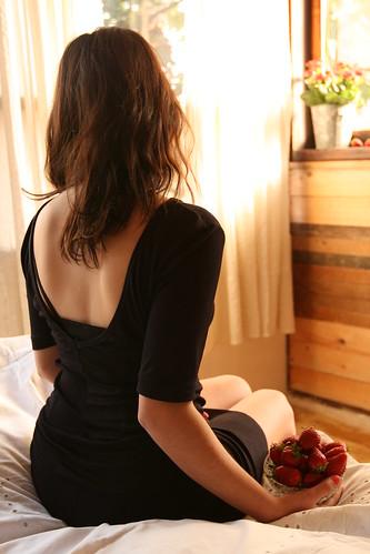 フリー画像| 人物写真| 女性ポートレイト| 後ろ姿| ドレス| 苺/イチゴ|      フリー素材|