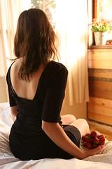[フリー画像] [人物写真] [女性ポートレイト] [後ろ姿] [ドレス] [苺/イチゴ]      [フリー素材]